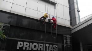 pembersih kaca gedung
